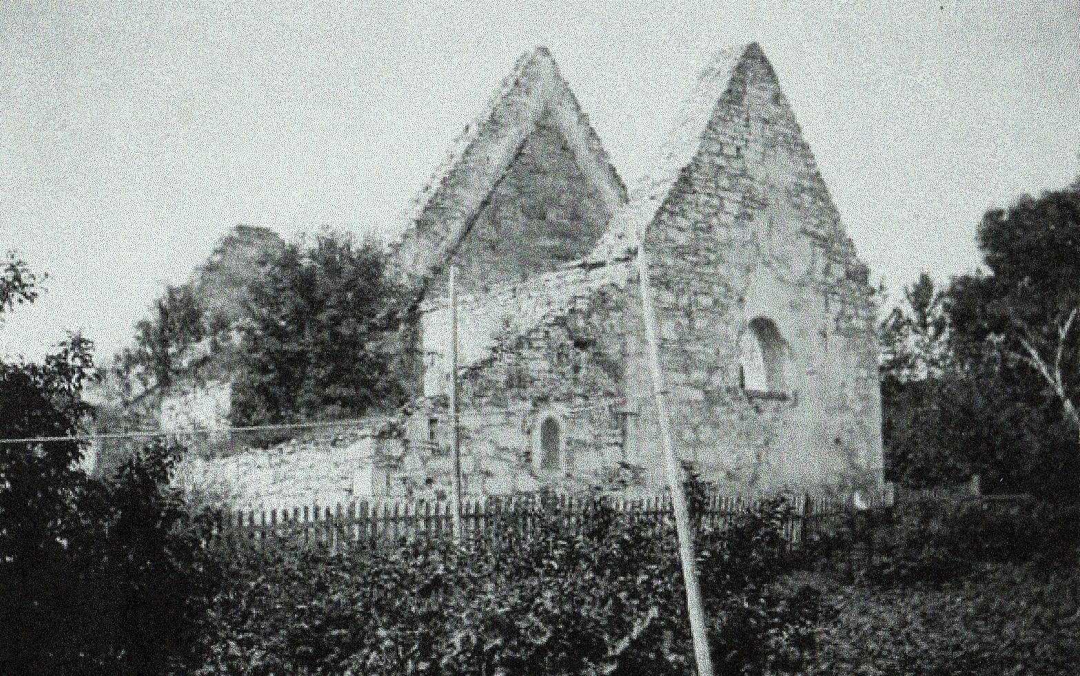 I 1871 fekk Inderøy ny kyrkje. Da vart alt treverk revet og solgt. Ruinane av kyrkja såg slik ut som på bildet frå 1905.
