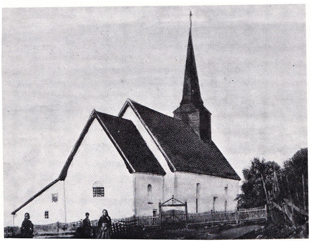 Slik såg kyrkja ut fram til 1880, med tårn. Men framleis nnest altertavle og alterbord frå 1692. Døypefont og preikestol frå middelalderen i dagens kyrkje.