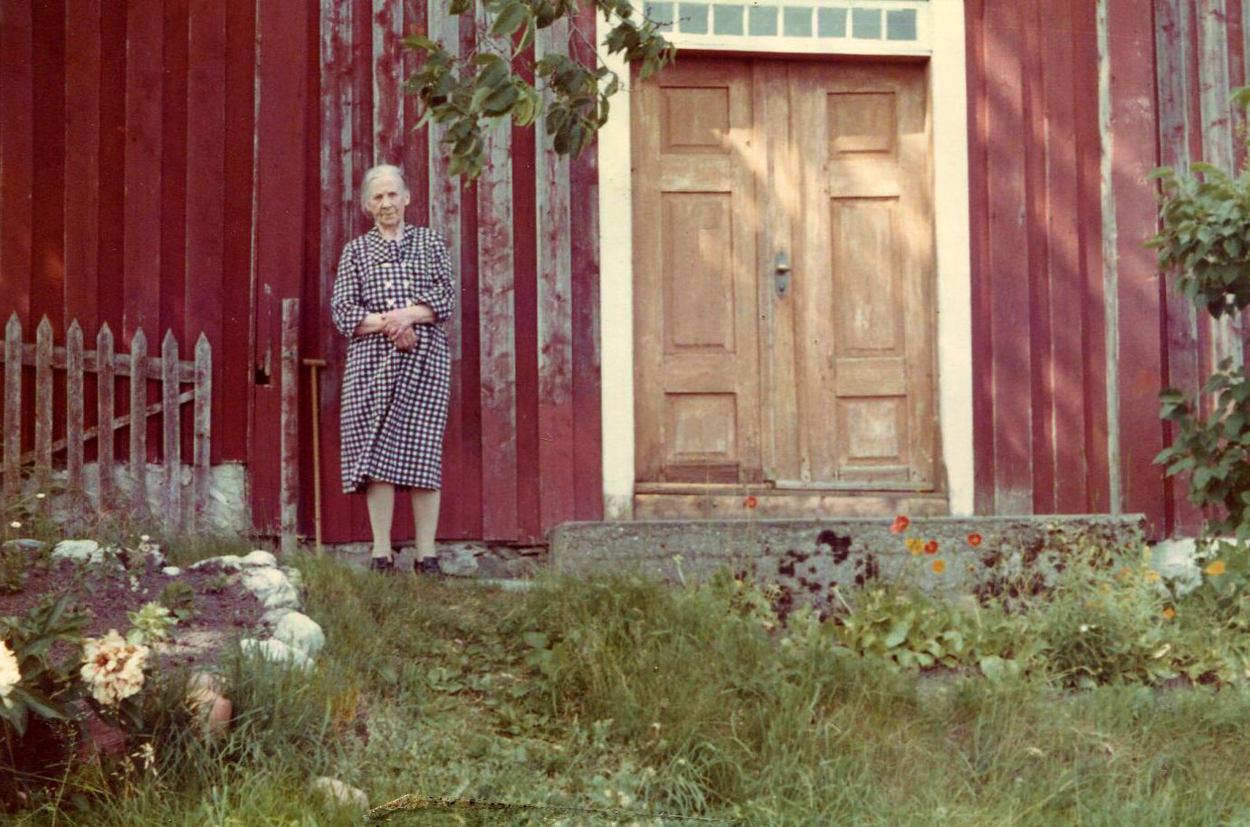 Maria på sine eldre dager foran hovedbygningen.